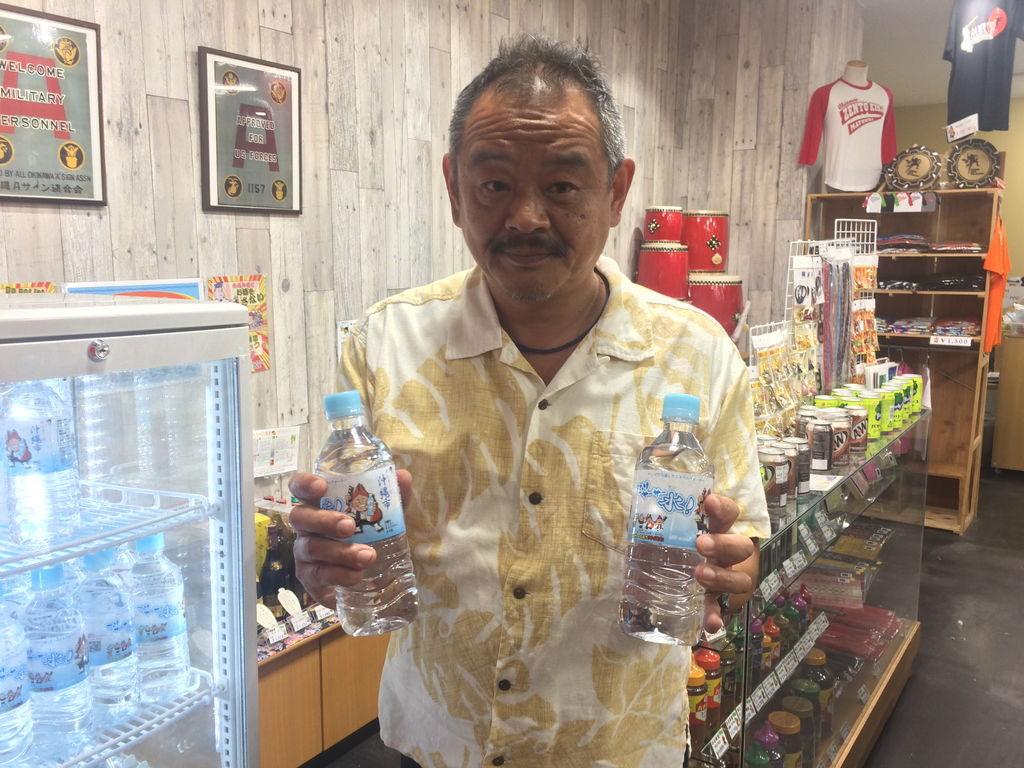 沖縄市観光物産振興協会事務局長山田一誠さんとスリサ―サー水