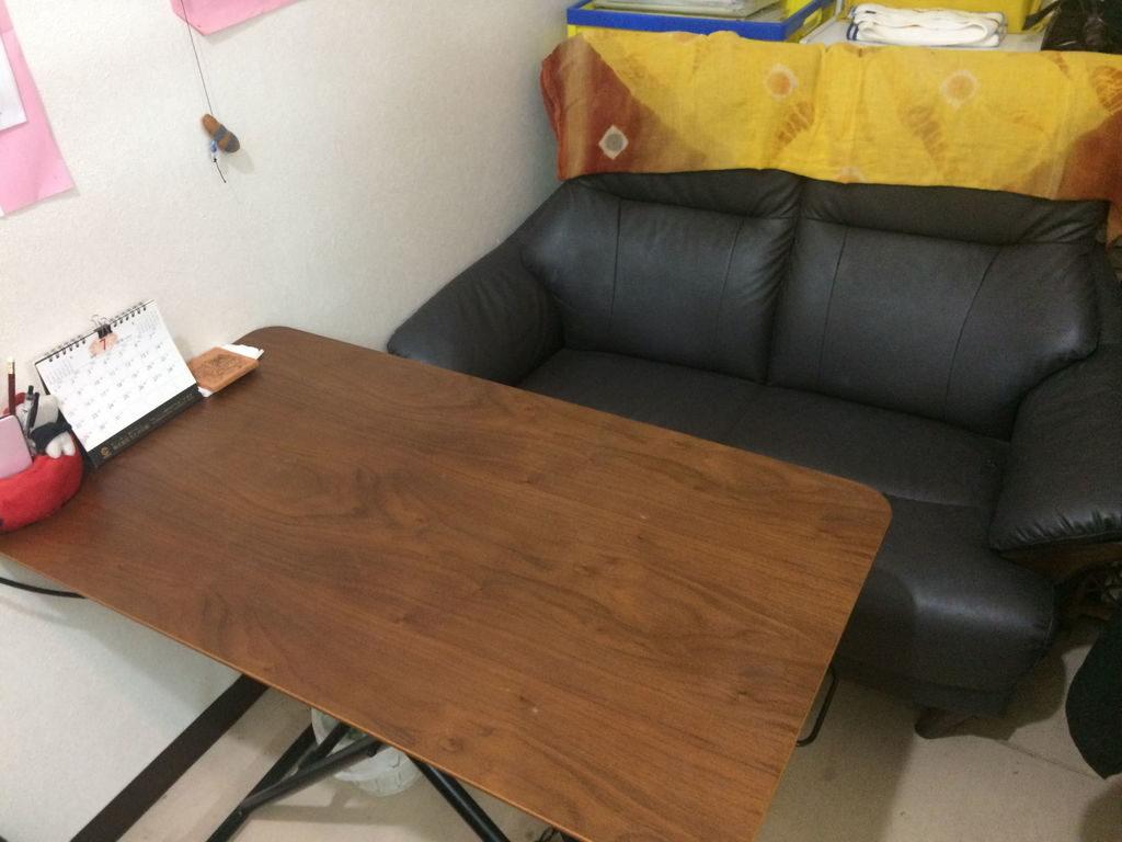 机とソファー
