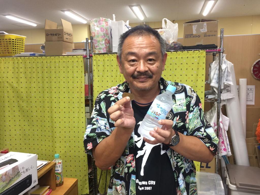 沖縄市観光物産振興協会の事務局長山田一誠さんとスリサ―サー水