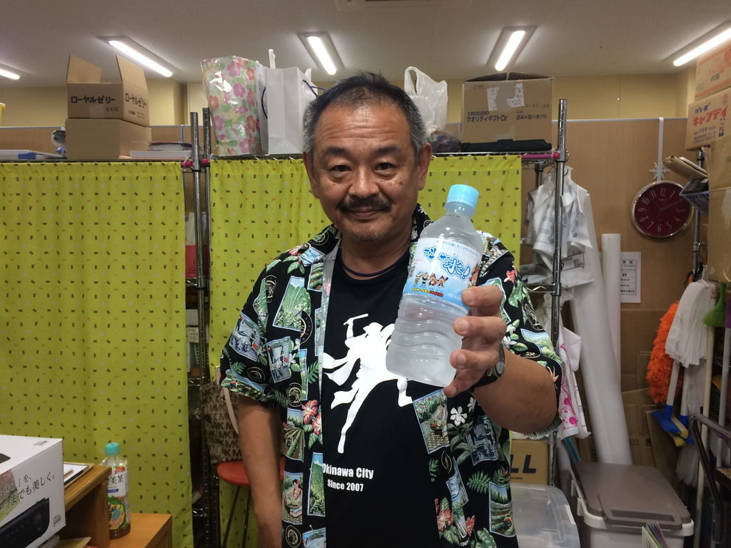 沖縄市観光物産振興協会の山田一誠さんとスリサ―サー水