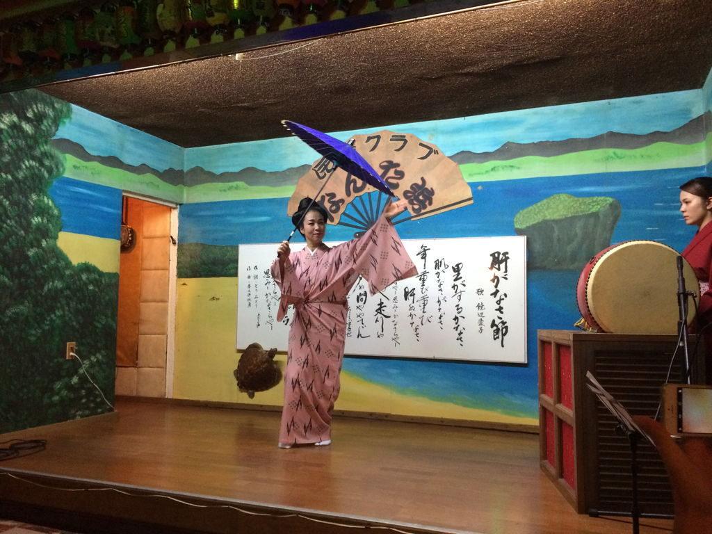 琉球芸能の傘を使った踊り