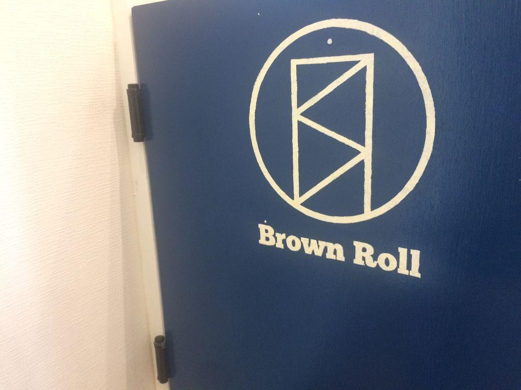 BrownRollロゴが描かれた扉
