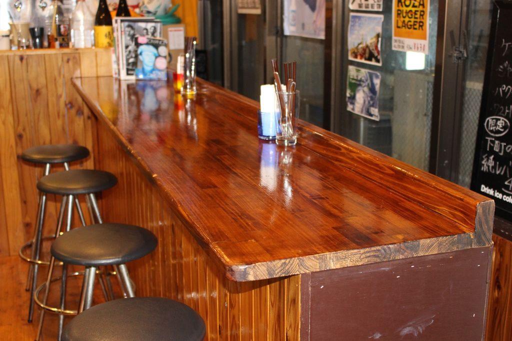 コザ麦酒工房のカウンターテーブル